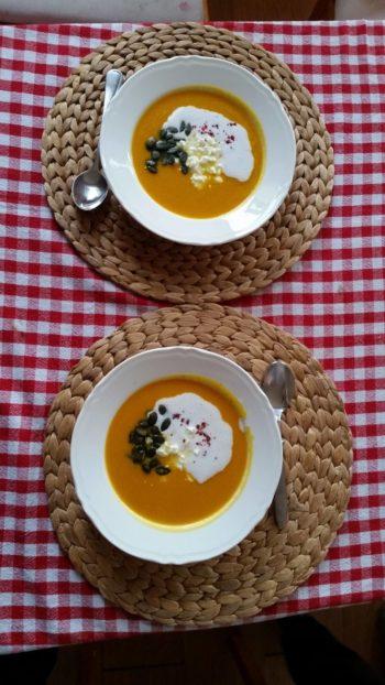 na zdjęciu widnieją dwa talerze zupy dyniowej