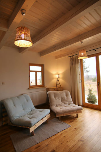 Zdjęcie dobrze oświetlonego salony w Czarnej Hańczy