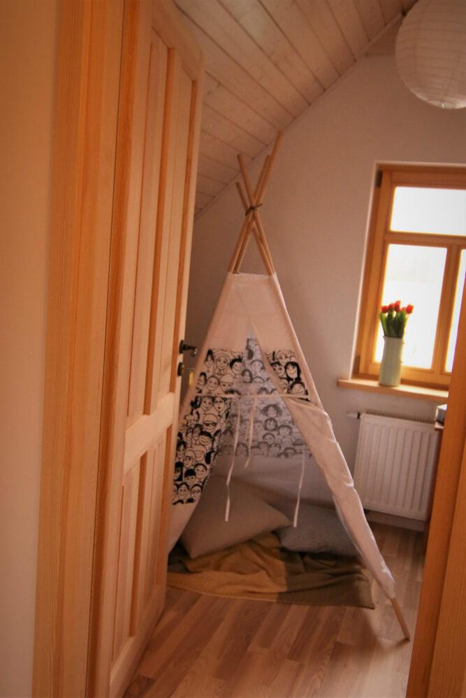 Zdjęcie przedstawiające sypialnie w domku w Czarnej Hańczy