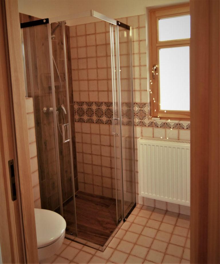Zdjęcie przedstawia wyremontowaną łazienkę w domku w Czarnej Hańczy